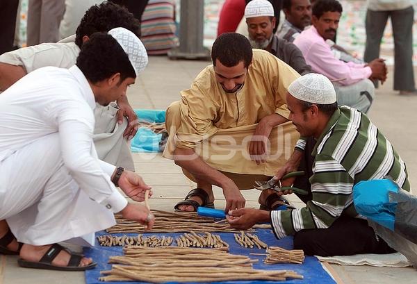 بالصور.. وافدون يمتهنون بيع المساويك في رمضان - المواطن