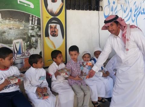 مدرسة بخميس مشيط تستقبل طلابها بالحلوى ووجبات إفطار - المواطن