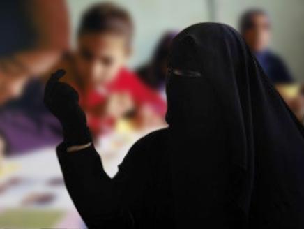 معلمة لطالباتها : اللي ما تجيب فلوس ترا نعرف إن أبوها بخيل ! - المواطن
