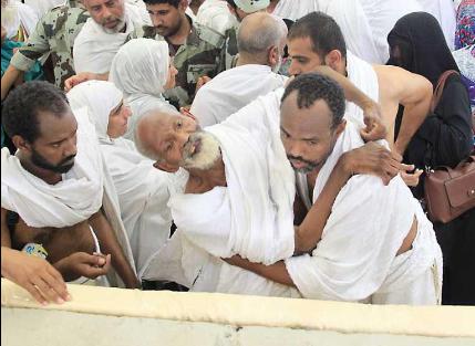 وبالوالدين احسان.. حاج يحمل والده لمساعدته في رمي الجمرات