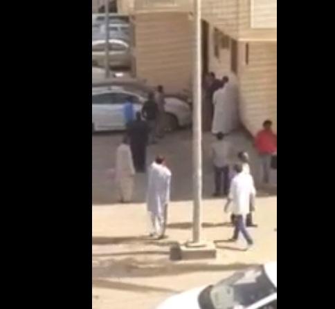 بالفيديو.. شاب سعودي يضرب عاملًا هنديًّا حتى أدمى رأسه