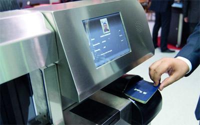 الهواتف الذكية جوازات عبور في مطارات دبي