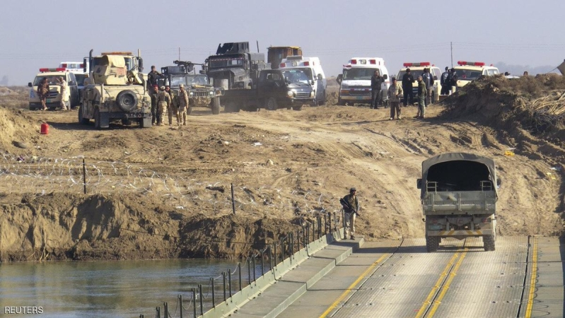 Iraqi security forces cross a bridge built by corps of engineers over the Euphrates in Ramadi, December 22, 2015. Picture taken December 22, 2015.   REUTERS/Stringer         EDITORIAL USE ONLY. NO RESALES. NO ARCHIVE