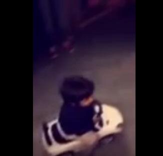 """بالفيديو.. طفل """"مفحط"""" يتسبب في ازدحام شديد بكورنيش #جدة5"""