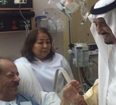صورة متداولة.. الملك سلمان يزور مستشاره الخاص سابقًا بالمستشفى