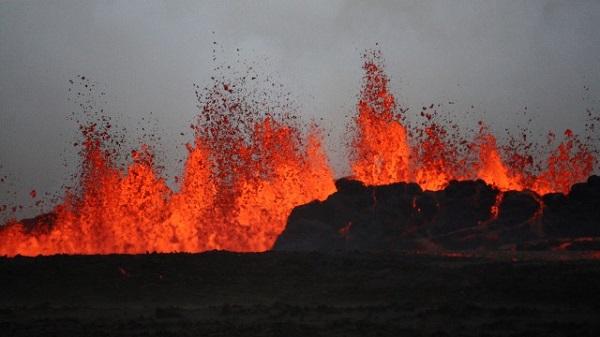 بالصور.. ثوران بركان بارداربونغ
