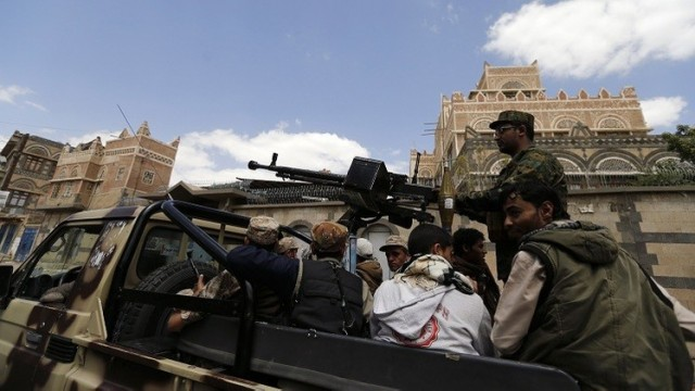 """قوات الجيش اليمني تواجه """"الحوثيين"""" على مدخل """" تعز"""
