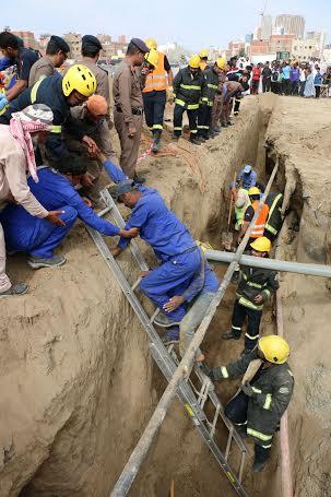 مدني مكة يخرج 4 عمال سقطوا داخل حفرية لإحدى المشاريع