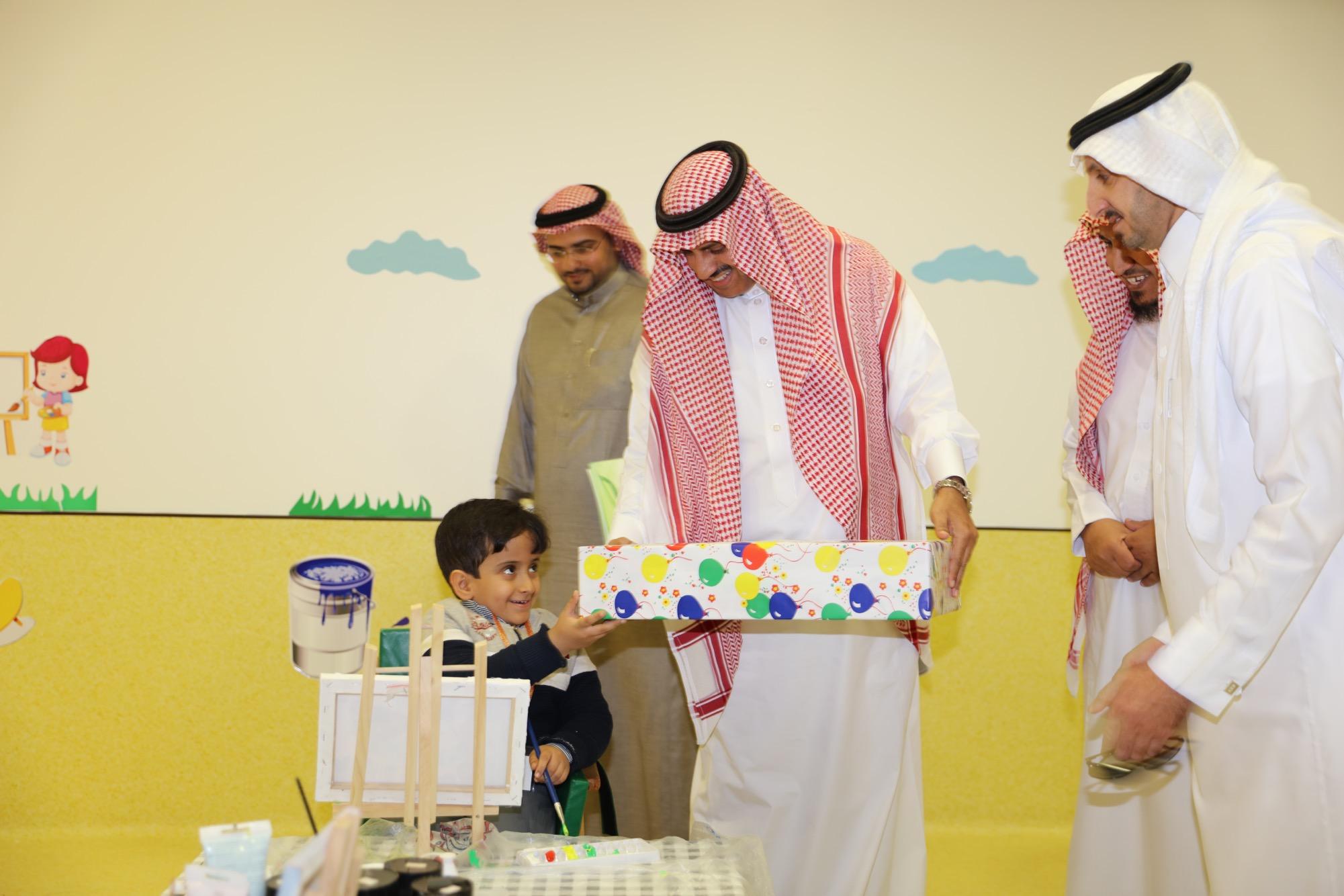 مدير جامعة الملك خالد يزور الأطفال المعوقين بعسير ويشيد بفكرة الطفل المسؤول - المواطن