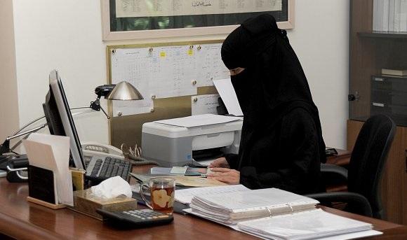 موظفات سعوديات سعودية - موظفة