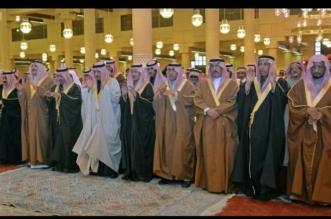 أحمد بن عبدالعزيز يتقدم المصلين على العنود بنت متعب - المواطن