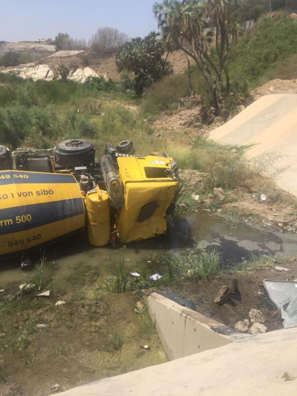 بالصور.. إصابتان في تصادم شاحنتين بطريق الفطيح بجازان - المواطن