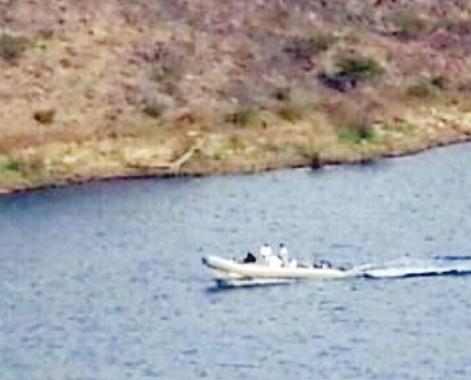 مسؤول بمياه الباحة يستخدم قارباً رسمياً للتنزه برفقة امرأة بوادي العقيق