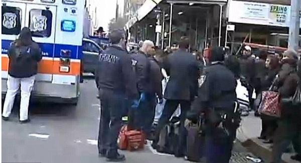 بالصورة.. أمريكية تلد طفلتها الثالثة بأحد شوارع نيويورك - المواطن