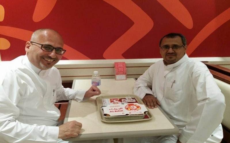 أبو غزالة يحقق أمنية مواطن بالعشاء في مطعم البيك بـ #جازان7