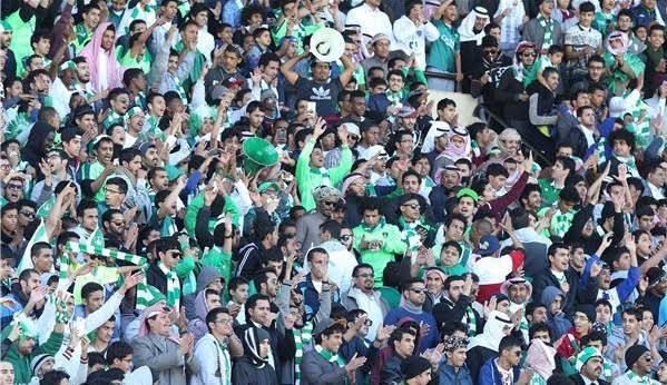 """مشجع أهلاوي يقتحم أرضية الملعب بسبب """"بصاص"""""""