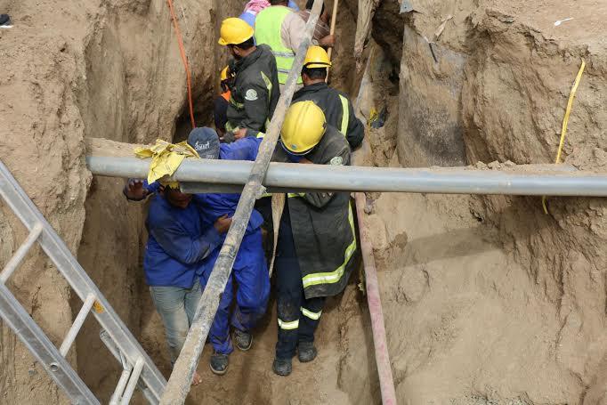 مدني مكة يخرج 4 عمال سقطوا داخل حفرية لإحدى المشاريع7