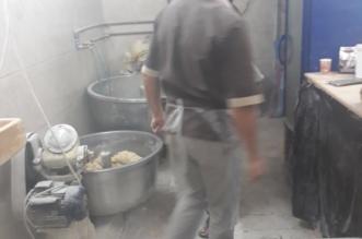 بالصور.. أمانة عسير تغلق مخبزاً مخالفاً بحي شمسان - المواطن