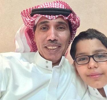 """سيلفي"""" لعبد الرحمن الزايد مع نجله مريض السكر"""