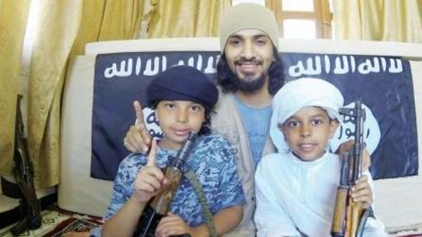 تداول صورة لأب سعودي سلم طفليه لتنظيم القاعدة