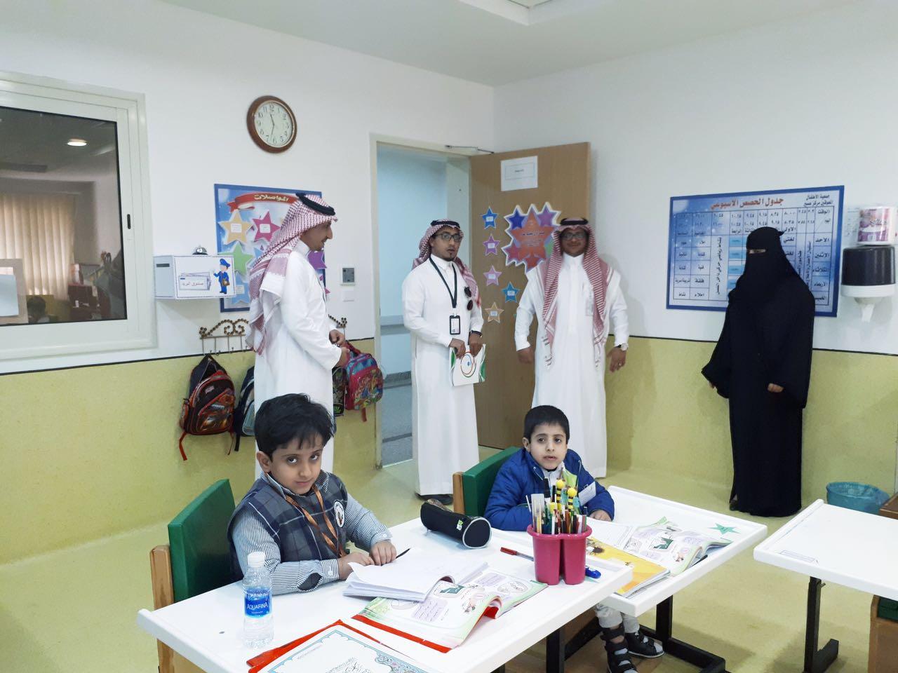 بالصور.. كاتب الوطن علي الموسى يزور أطفال عسير المُعوقين - المواطن