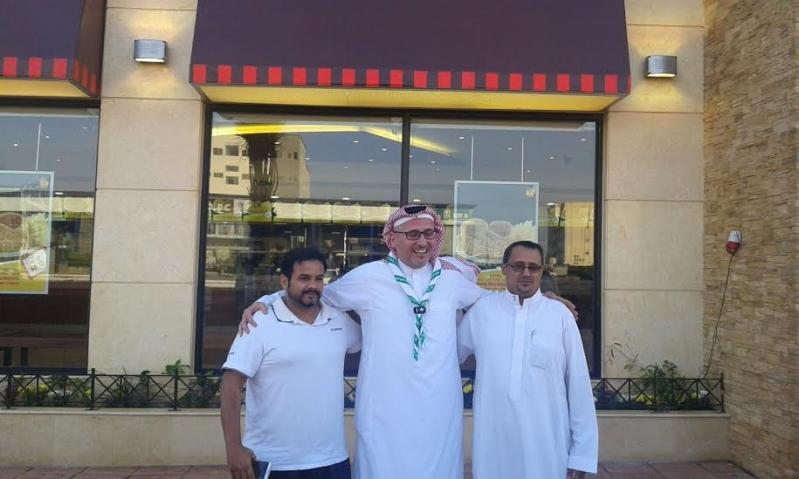 أبو غزالة يحقق أمنية مواطن بالعشاء في مطعم البيك بـ #جازان8