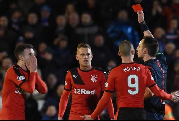 لاعب يتلقى البطاقة الحمراء بعد مبالغته في الاحتفال بهدف زميله