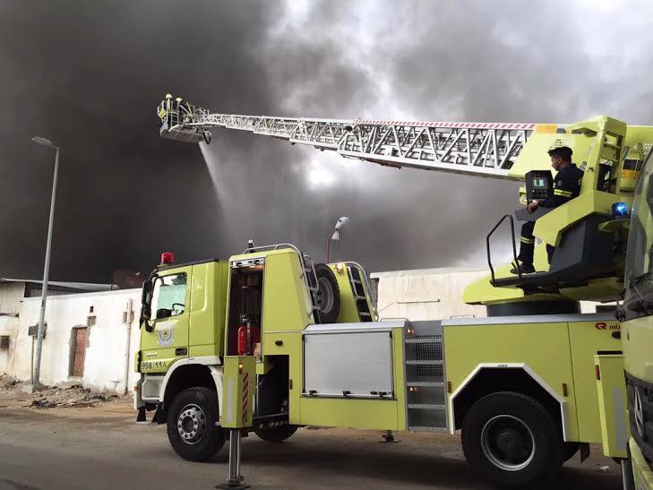 حريق بمستودع لمواد البناء جنوب شرق #جدة