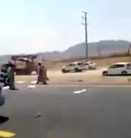 بالفيديو.. وافدون يُهاجمون سيارة لحوم مبردة وينهبون ما بداخلها - المواطن