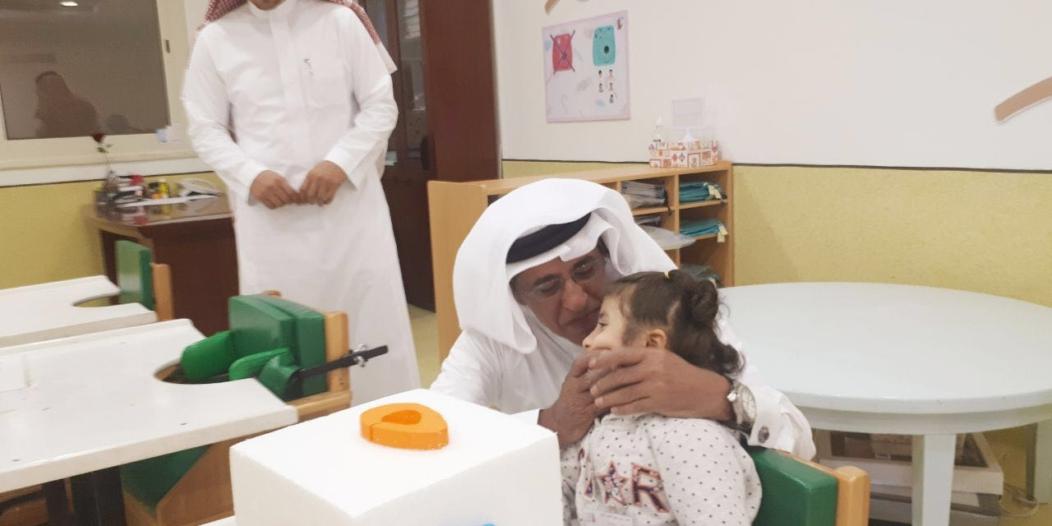 بالصور.. كاتب الوطن علي الموسى يزور أطفال عسير المُعوقين