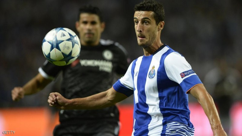 Porto's Spanish defender Ivan Marcano (R) vies with Chelsea's Brazilian-born Spanish striker Diego Costa during the UEFA Champions League Group G football match at the Dragao stadium in Porto on September 29, 2015.  AFP PHOTO / MIGUEL RIOPA        (Photo credit should read MIGUEL RIOPA/AFP/Getty Images)