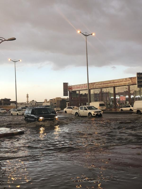 """بالصور.. """"المواطن"""" تكشف سوء تصريف مياه السيول بطريق الملك خالد وبلدية الخميس تتجاهل"""
