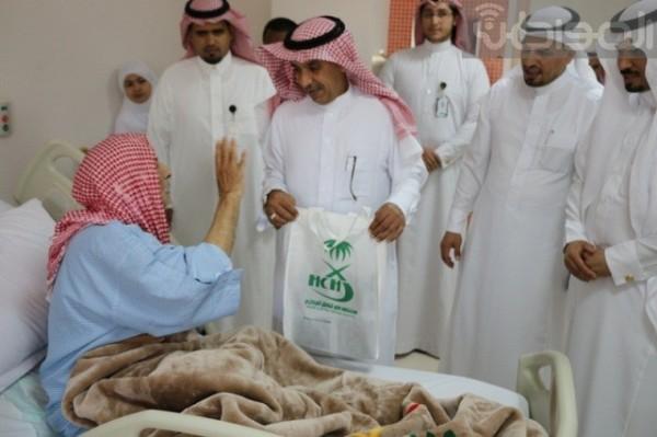 مدير مستشفى حفر الباطن يهادي مرضاه بمناسبة العيد - المواطن