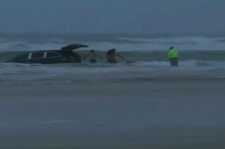 بالفيديو.. أمريكية تحاول قتل أطفالها الثلاثة والانتحار غرقاً في المحيط - المواطن