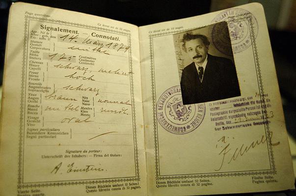 """شاهد جواز سفر عالم الفيزياء """"آينشتاين"""" - المواطن"""