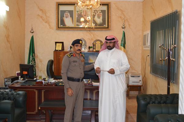 """وزير الداخلية يكافئ """"الشهيب"""" لإنقاذه رجلين جرفهما السيل - المواطن"""