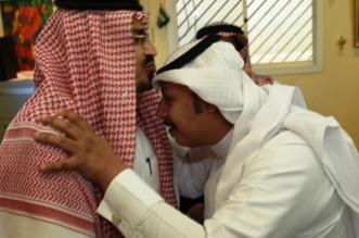 شاهد.. مدير تعليم عسير يقبل رأس معلم قطع إجازته المرضية - المواطن