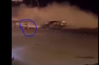 بالفيديو.. مُفحّط يطير من مركبته بعد اصطدامها وانقلابها - المواطن