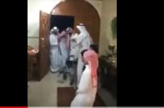 شاهد .. فرحة أبناء وأحفاد بعودة والدهم المسن من المستشفى - المواطن