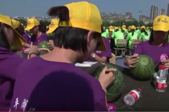 شاهد.. 1000 شخص يُشاركون بمسابقة النحت على البطيخ في الصين - المواطن