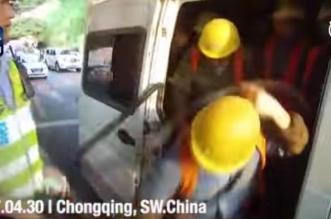 فيديو مثير.. انحشار 40 راكبًا في مركبة حمولتها 6 فقط - المواطن