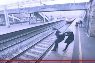 بالفيديو.. امرأة شجاعة تنقذ رجلاً حاول الانتحار تحت عجلات القطار - المواطن