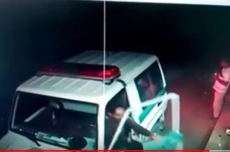بالفيديو.. شجاعة رجل أمن تطيح بمروج للحبوب المخدرة في رجال ألمع - المواطن