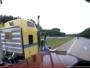 قائد مركبة يقطع الطريق على شاحنة