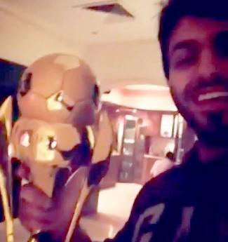 """بالفيديو.. نجم """"KEEK"""" """"آل زيدان"""" يحمل كأس النصر - المواطن"""