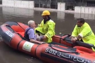 بالفيديو.. مدني جدة يواجه السيول لإنقاذ مسن احتجزته المياه - المواطن
