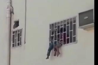 شرطة تبوك تكشف حقيقة فيديو بكاء طفلين معنفين بنافذة أحد المنازل - المواطن