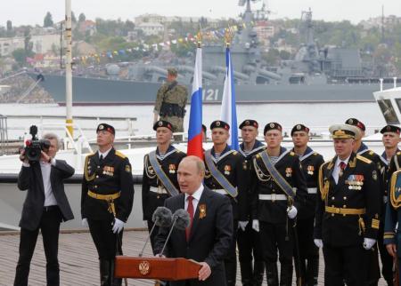 بوتين يحتفل بالنصر في القرم واتساع نطاق العنف في أوكرانيا