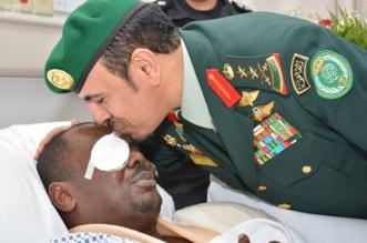 بالصور.. رئيس الحرس الملكي يزور مصابي الاعتداء الإرهابي في جدة - المواطن