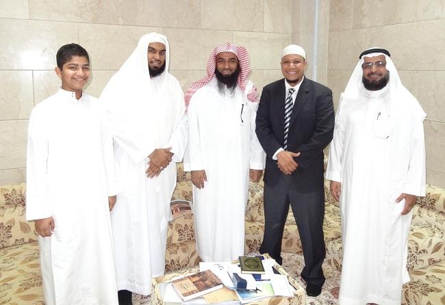 بالصور.. إمام الحرم المدني يلتقي مغني راب أمريكياً أعلن إسلامه